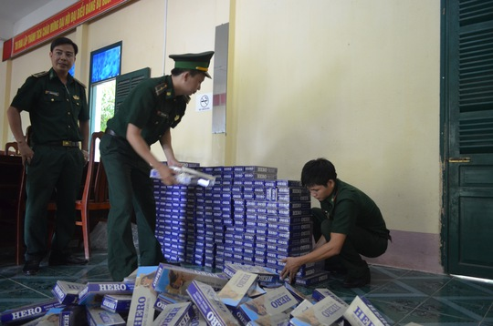 Lực lượng chức năng kiểm đếm số thuốc lá lậu do vợ chồng Nguyễn Văn Hơn vận chuyển bằng tàu cá từ Campuchia về Việt Nam.