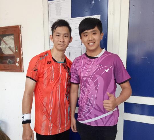 Tay vợt Tiến Minh (trái) chụp ảnh cùng người hâm mộ sau khi giành quyền vào bán kết Ciputra Hà Nội 2017