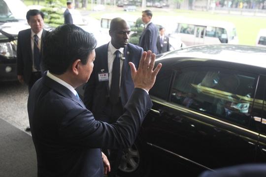 Sau cuộc tiếp đón tại Hội trường Thống Nhất của lãnh đạo TP HCM, ông Hollande về nước. Trong ảnh: Bí thư Thành ủy TP HCM Đinh La Thăng vẫn tay tạm biệt Tổng thống Pháp Francois Hollande