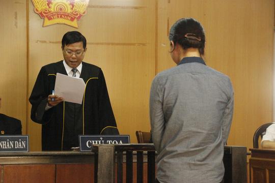 Nữ tiếp viên xinh đẹp tại tòa sơ thẩm