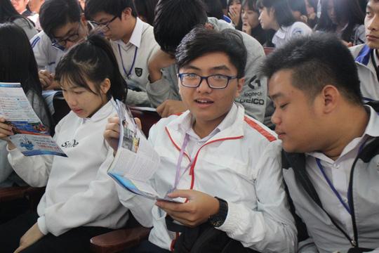 Học sinh tìm hiểu thông tin về tuyển sinh Ảnh: BẢO LÂM