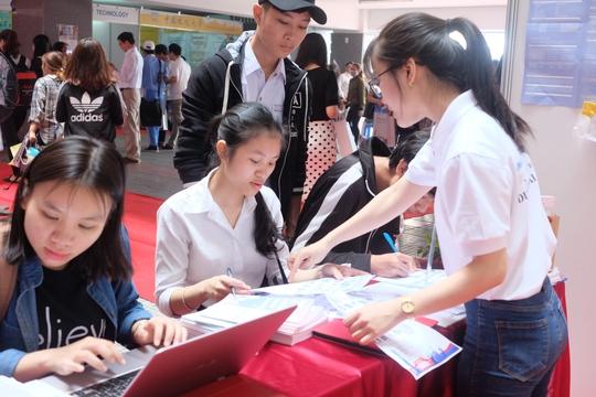 Nhiều học sinh, sinh viên tham gia ngày hội du học Đài Loan tại Trường ĐH Duy Tân