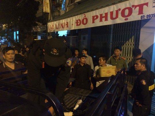 Số vũ khí trái phép được công an đóng vào các thùng đưa về trụ sở Ảnh: Nguyễn Tài