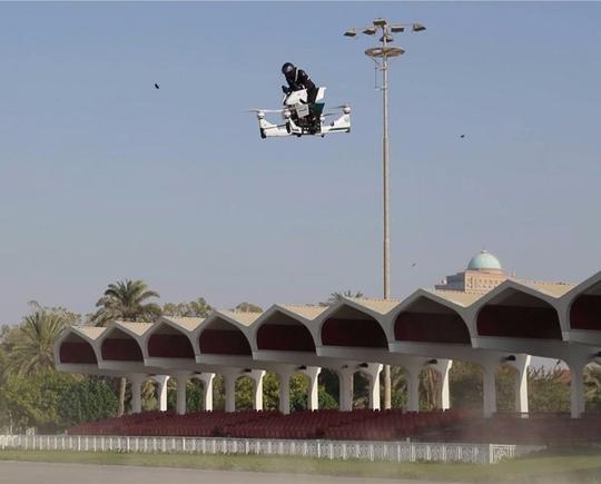 Trang bị hiện đại của cảnh sát Dubai - Ảnh 1.