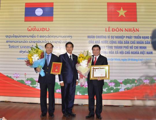 Lãnh đạo TP HCM nhận Huân chương Phát triển hạng nhất do Lào trao tặng TP