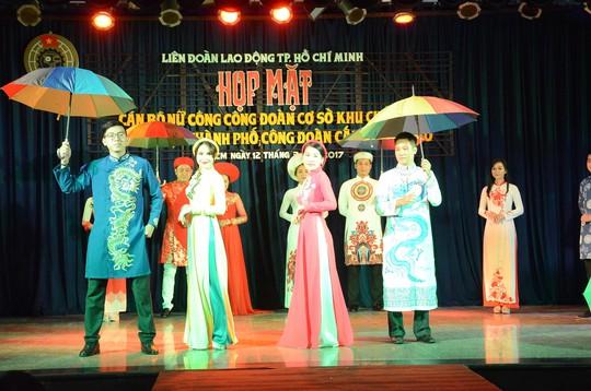 Các nữ thí sinh trình diễn trang phục áo dài