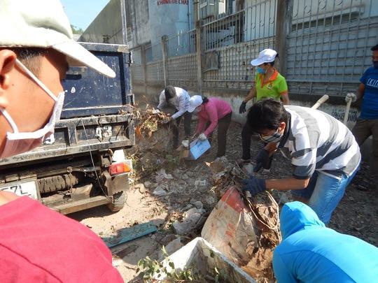 Công nhân dọn dẹp, gom rác quanh khuôn viên doanh nghiệp
