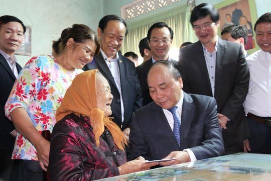 Thủ tướng Nguyễn Xuân Phúc thăm hỏi, tặng quà mẹ Việt Nam anh hùng Lê Thị Trị Ảnh: TRẦN THƯỜNG