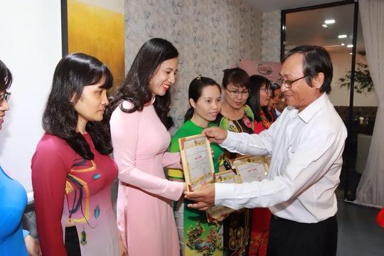 Ông Nguyễn Châu Nghĩa, Chủ tịch CĐ SAMCO, tặng giấy khen cho nữ CNVC-LĐ điển hình Ảnh: Đình Viên