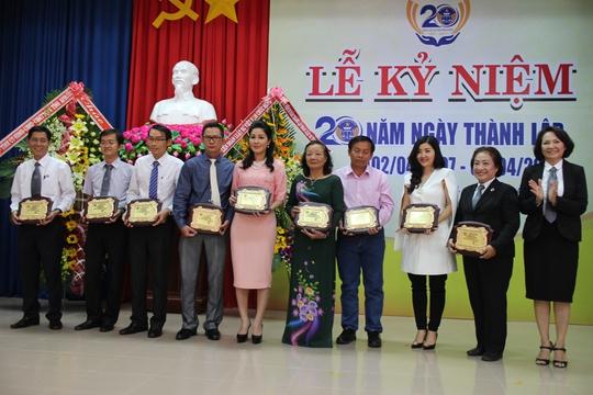 Đoàn Luật sư tỉnh Bình Phước tặng bằng khen cho các nhà hảo tâm đồng hành trong công tác từ thiện