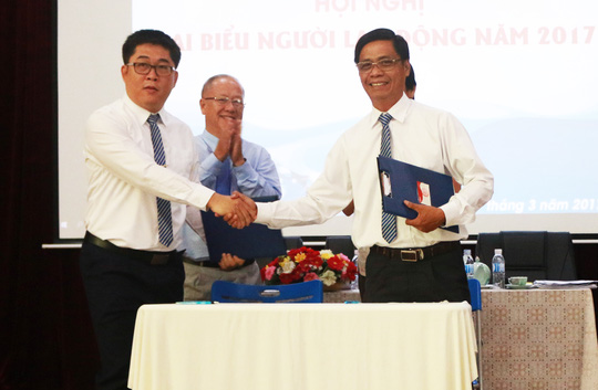 Giám đốc và Chủ tịch Công đoàn Công ty Thoát nước đô thị ký kết thỏa ước lao động tập thể năm 2017 Ảnh: BẠCH ĐẰNG