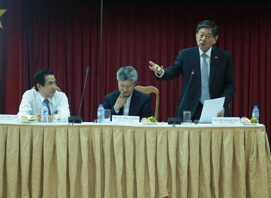 Chủ tịch KOCHAM, ông Kim Heung Soo (đứng), nêu kiến nghị tại buổi gặp gỡ