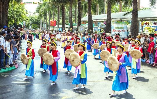 Đoàn diễu hành của 54 dân tộc anh em tại ngày Giỗ Tổ Hùng Vương