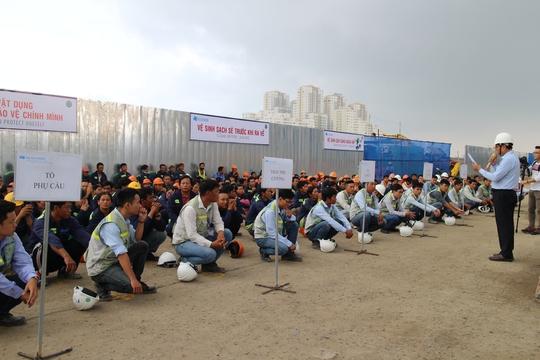Công nhân Công ty CP Xây dựng Hòa Bình nghe tuyên truyền về an toàn - vệ sinh lao động