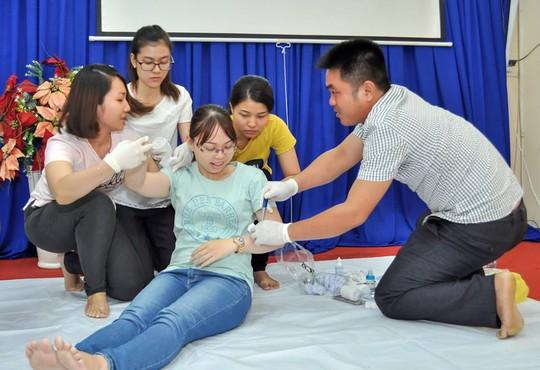 Các thí sinh thực hành sơ cấp cứu
