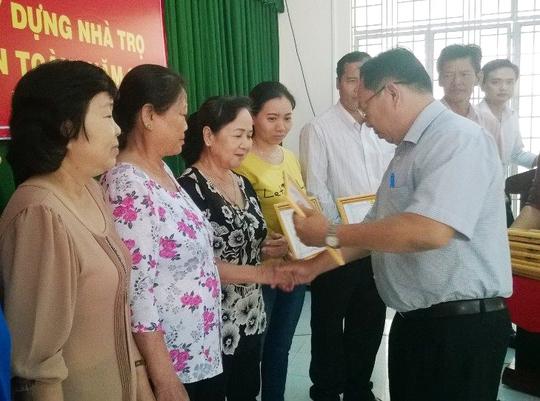 Ông Nguyễn Thanh Phong, Phó trưởng Ban Dân vận Huyện ủy Hóc Môn, tặng bằng khen cho các tổ công nhân tự quản tiêu biểu
