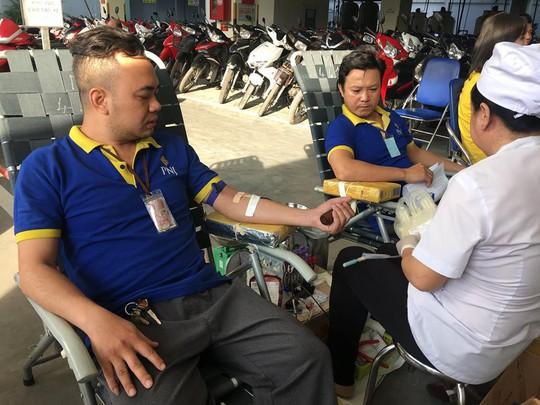 Người lao động tham gia hiến máu nhân đạo