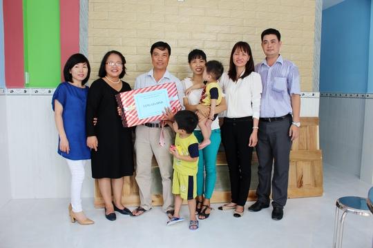 Gia đình anh Vỹ (thứ 3 từ trái sang) trong ngôi nhà mới