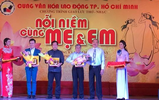 Các nghệ sĩ tham gia chương trình giao lưu tại Cung Văn hóa Lao động TP HCM Ảnh: NGÂN HÀ