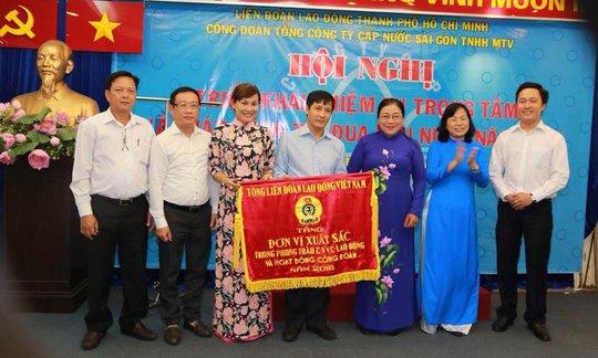 Công đoàn SAWACO nhận cờ thi đua xuất sắc của Tổng LĐLĐ Việt Nam