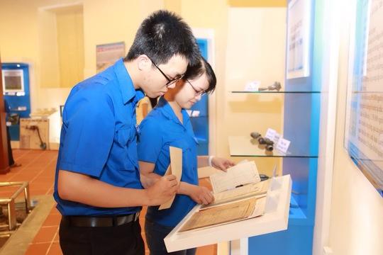 Đoàn viên thanh niên các đơn vị trực thuộc SAWACO tham quan, tìm hiểu kỷ vật tại phòng truyền thống