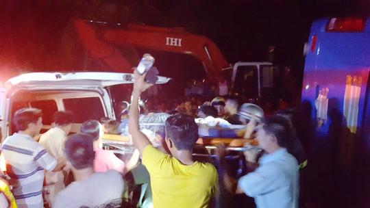 Một nạn nhân được đưa đi cấp cứu