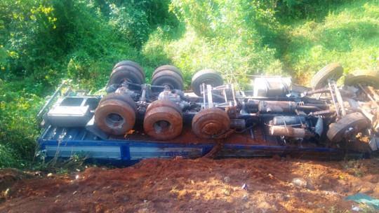 Một xe tải chỏng vó trong vụ tai nạn
