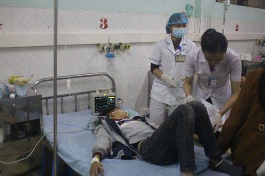 Cấp cứu nạn nhân vụ tai nạn - Ảnh: Báo Lào Cai