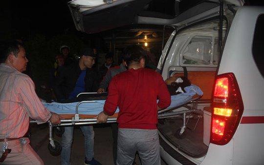 Đưa nạn nhân vụ tai nạn đi cấp cứu - Ảnh: Báo Lào Cai