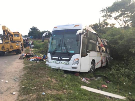 Xe container va chạm xe khách, gần 10 người thương vong - Ảnh 1.