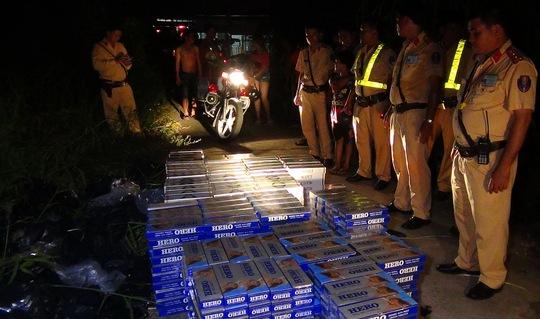 Toàn bộ số thuốc lá lậu do tài xế ô tô vi phạm bỏ lại bên đường.