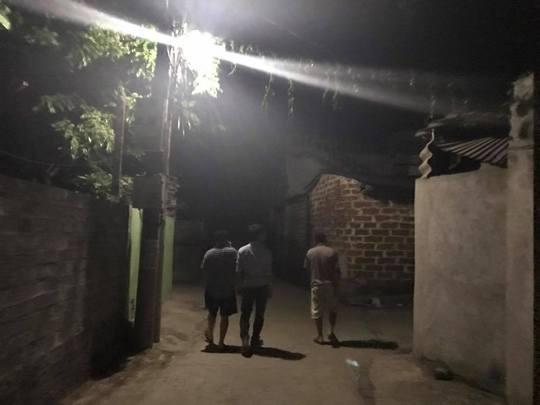 Một con đường làng Đồng Tâm vào đêm 19-4 với ánh đèn đường