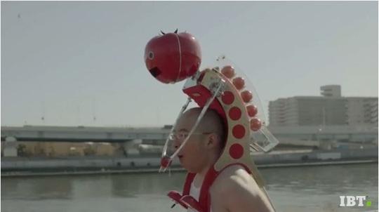 Robot đút cà chua Tomatan. Ảnh cắt từ YouTube.