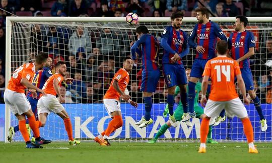 Torres (14) sút phạt, ghi bàn danh dự cho Osasuna