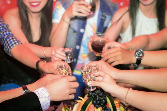 Bán rượu cho người dưới 18 tuổi: Biết cấm nhưng phải từ từ! - Ảnh 1.