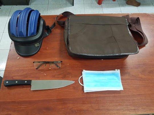 Bắt khẩn cấp kẻ kề dao cướp ở shop Sài Gòn - Ảnh 2.