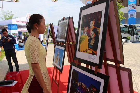 Người dân tham quan khu trưng bày tranh ảnh tại triển lãm thành tựu kinh tế xã hội tỉnh Quảng Nam