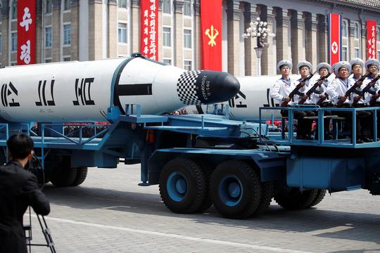 Tên lửa đạn đạo phóng từ tàu ngầm (SLBM) Pukkuksong-2 trong cuộc duyệt binhẢnh: REUTERS