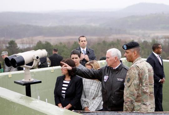 Phó Tổng thống Mỹ Mike Pence tại khu phi quân sự ngày 17-4Ảnh: REUTERS