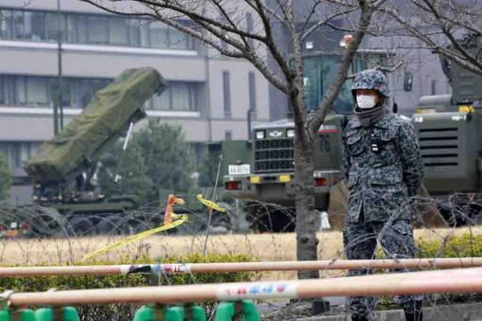 Binh lính Nhật Bản đứng gác gần hệ thống tên lửa đánh chặn Patriot PAC-3 ngày 6-3 Ảnh: AP