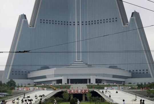 Triều Tiên âm thầm khánh thành tòa nhà 105 tầng - Ảnh 1.