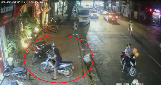 Bất ngờ với đôi nam nữ chở trẻ em trộm xe máy trên phố - Ảnh 1.