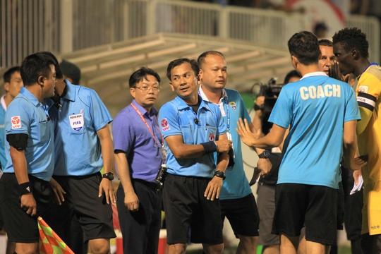 Trọng tài Trần Xuân Nguyện và trợ lý Phạm Phú Hưng bị treo còi, cờ do những sai phạm làm hỏng trận đấu hay của HAGL và FLC Thanh Hóa
