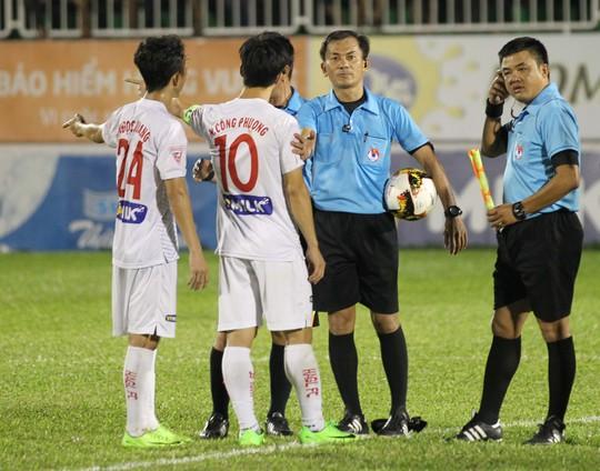 Tổ trọng tài của ông Trần Xuân Nguyện (thứ hai từ phải sang) phạm ít nhất 2 lỗi khiến HAGL cảm thấy thua oan ức Ảnh: Minh Trần