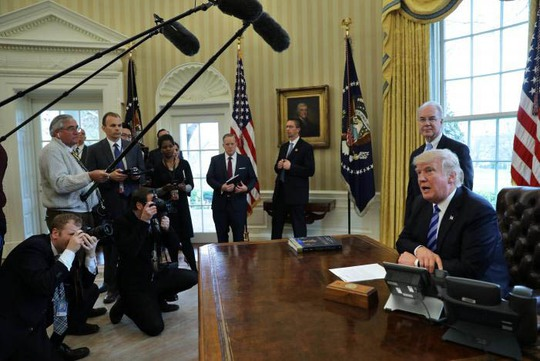 Tổng thống Mỹ Donald Trump trao đổi với báo giới tại Nhà Trắng sau khi Trumpcare bị rút lại trước giờ bỏ phiếu Ảnh: REUTERS