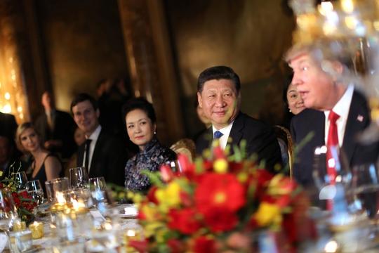 Tổng thống Mỹ Donald Trump (phải) và Chủ tịch Trung Quốc Tập Cận Bình tại bữa ăn tối 6-4 Ảnh: Reuters