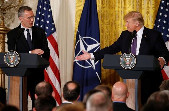 Tổng thống Mỹ Donald Trump và Tổng Thư ký NATO Jens Stoltenberg tại Nhà Trắng hôm 12-4 Ảnh: REUTERS