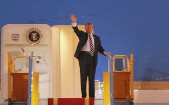 Tổng thống Mỹ Donald Trump giơ tay vẫy chào khi tới Hà Nội - Ảnh 4.