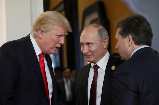 Tổng thống Mỹ Donald Trump và Tổng thống Nga Vladimir Putin nói chuyện bên lề Hội nghị Thượng đỉnh APEC tại Đà Nẵng. Ảnh: Reuters