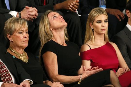 Bà Carryn Owens, góa phụ của lính đặc nhiệm Owens, ngồi cạnh cô Ivanka Trump tại quốc hội Mỹ. Ảnh: Reuters
